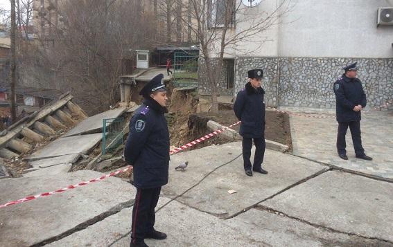 В Киеве обвалилась часть жилого дома из-за оползня: фото