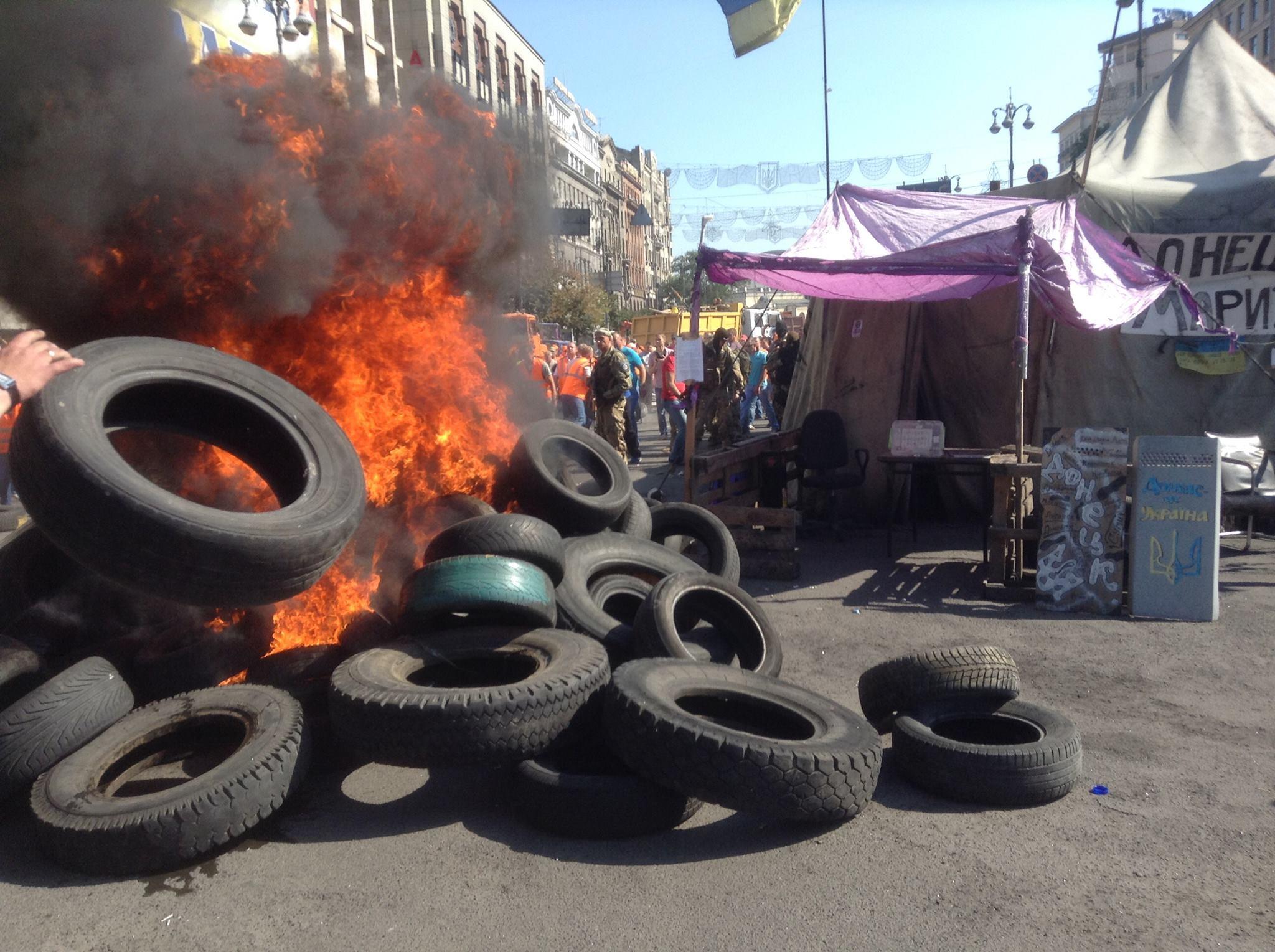 На Майдане подожгли покрышки