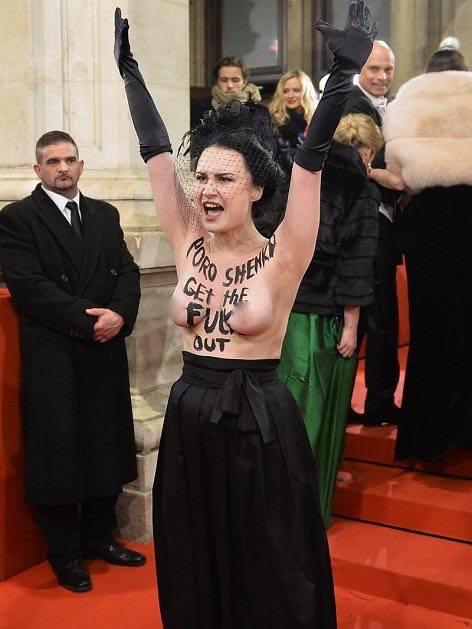 Активистка Femen оголилась на Венском балу из-за Порошенко - фото