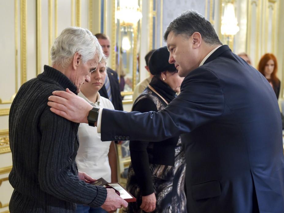 Порошенко посмертно наградил 118 украинских воинов
