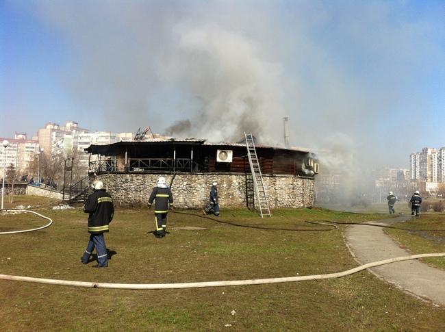 В Киеве произошел пожар в ресторане на Троещине: фото