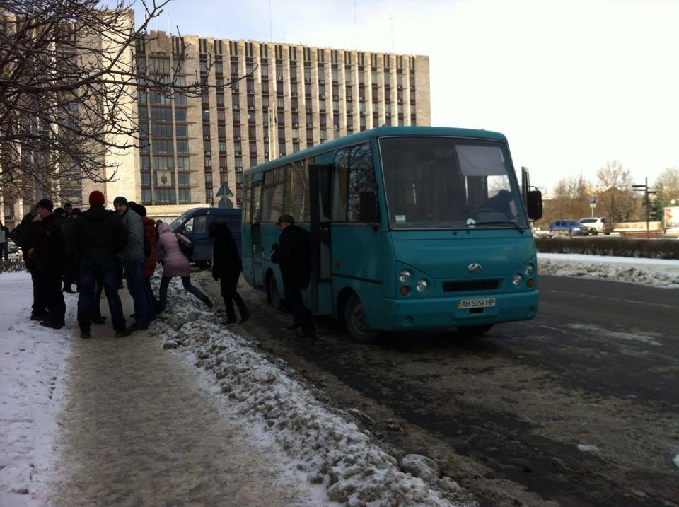 В центре Донецка собралось несколько сотен сторонников власти