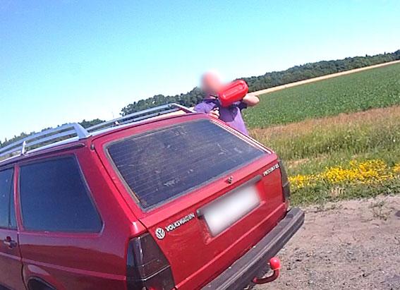 Под Полтавой водитель угрожал поджечь автомобиль полиции: фото