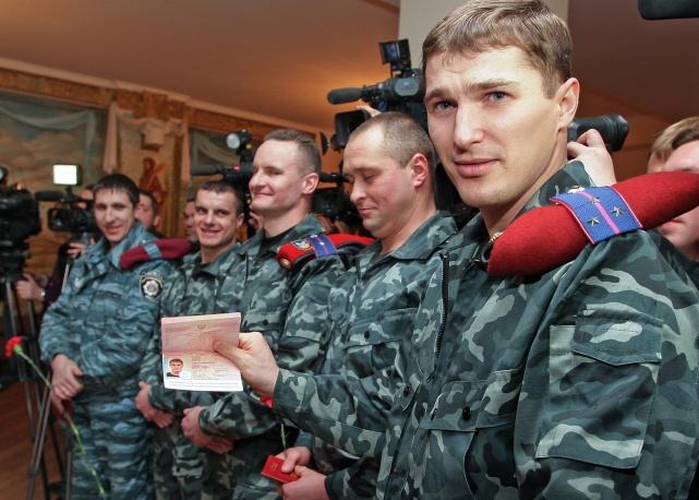 """В Крыму бойцам """"Беркута"""" начали выдавать российские паспорта"""