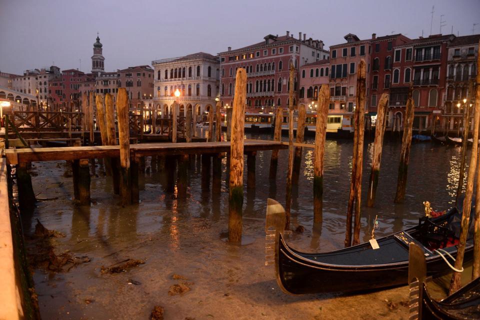 Гондолы сели на мель: в Венеции пересохли каналы