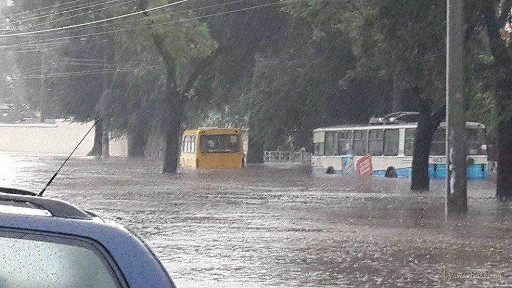 В Одесі через сильну зливу плавають машини: фото, відео