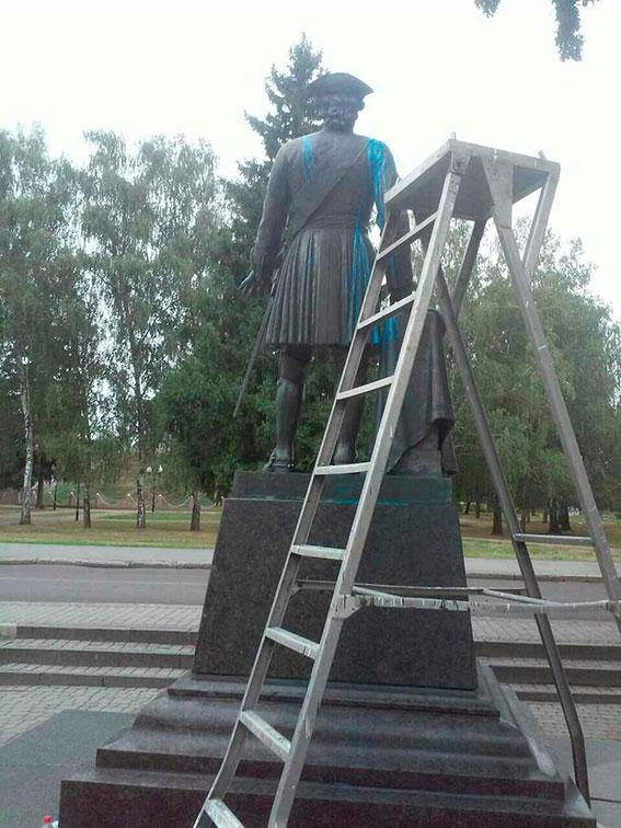 В Полтаве облили краской памятник Петру I: фото