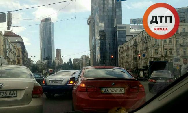 Священник из Лавры попал в ДТП на Rolls-Royce в центре Киева