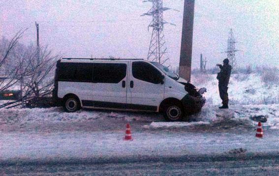 В Славянске микроавтобус въехал в столб: есть пострадавшие