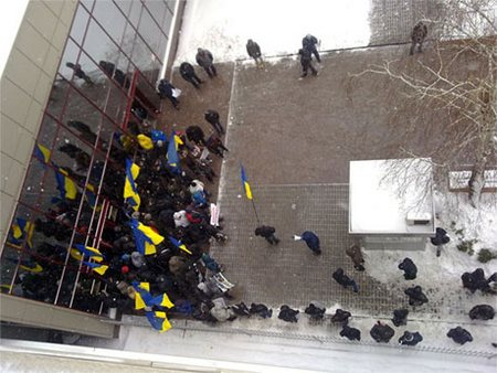 """Посольства ЕС и Польши блокируют """"титушки"""", - сотрудники"""