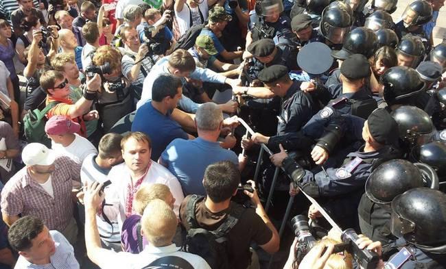 Бійка біля входу в КМДА: Яценюк потрапив в будівлю через вікно