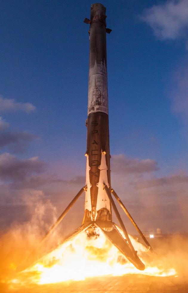 Историческая посадка первой ступени ракеты SpaceX в океане: видео