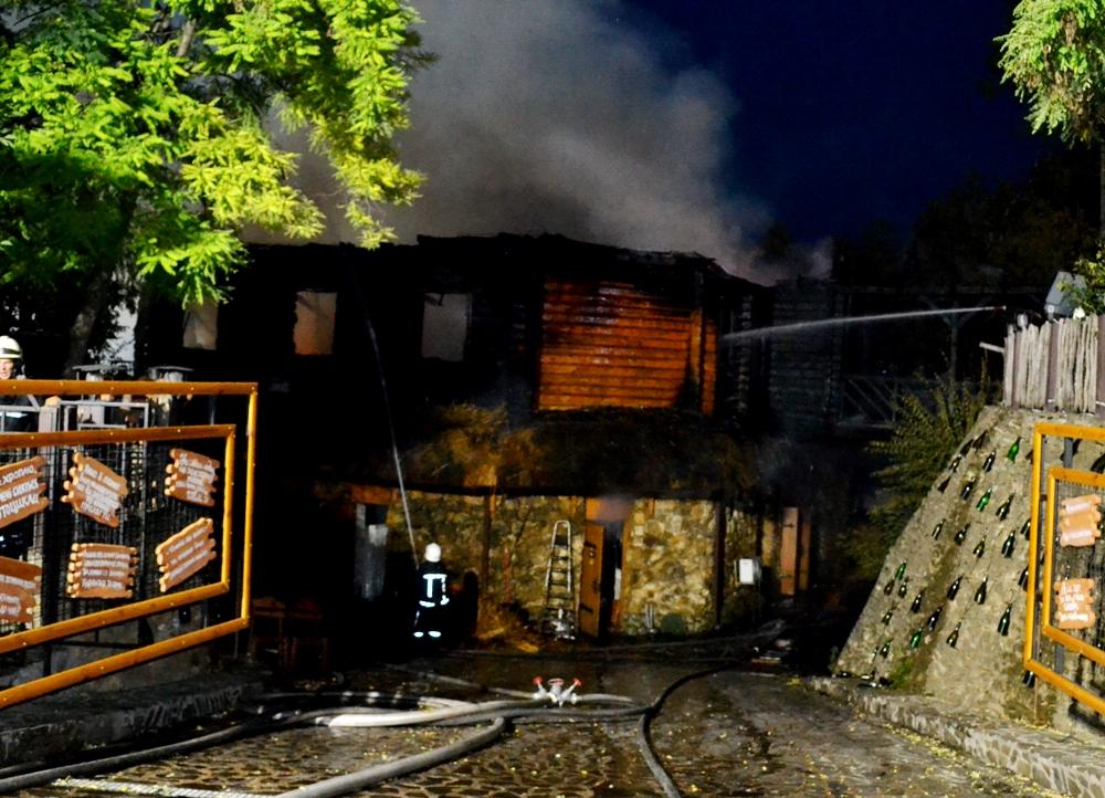 В Одессе огонь уничтожил ресторан Хуторок на Ланжероне: видео