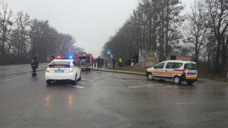На Львовщине автомобиль врезался в остановку: погибли 5 человек