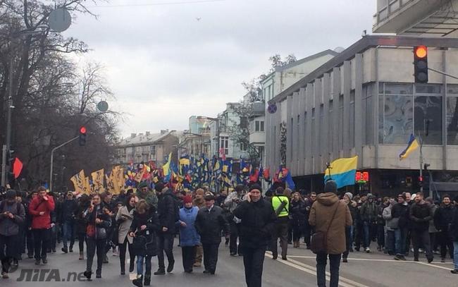 Под Радой тысячи митингующих, зажжены петарды и шашки - фото