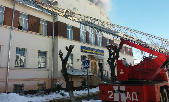 В Черновцах загорелся транспортный колледж: фото, видео