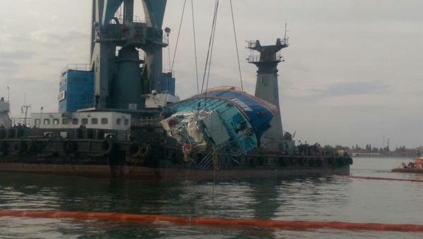 Спасатели подняли катер Иволга с двумя телами внутри