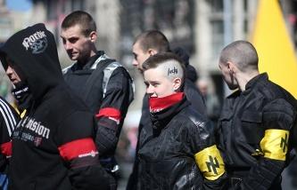 На Майдане неизвестные в масках устроили драку с самообороной