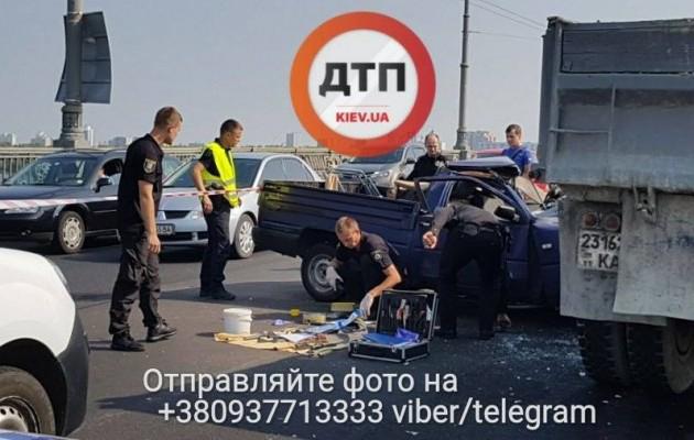 В Киев авто, набитое оружием, влетело в грузовик