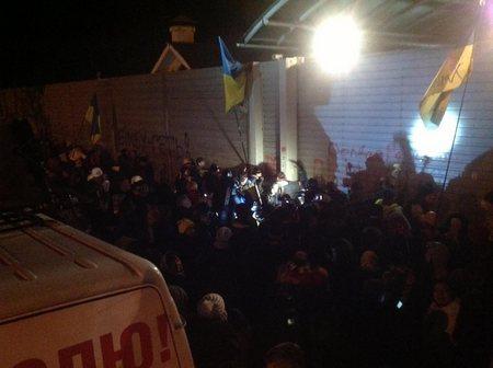 Автомайдан приехал к Азарову: стучат в забор и расписывают ворота