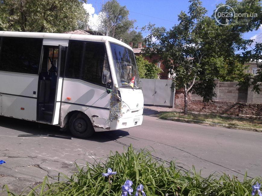 В Мариуполе бойцы АТО пострадали в крупном ДТП: фото