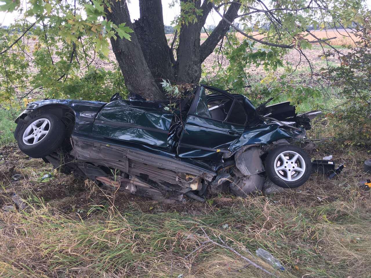 УДніпропетровській області BMW врізався вдерево, четверо людей загинули