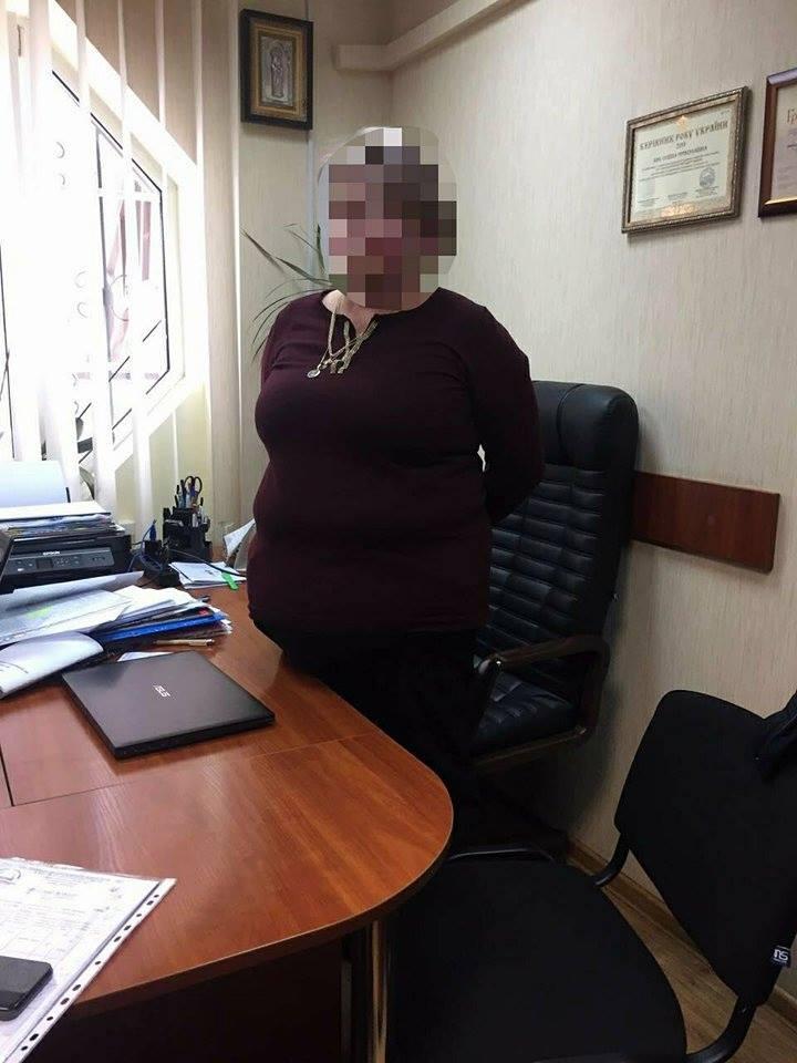 Прокуратура: Глава предприятия погорела на взятке в 6 тыс грн