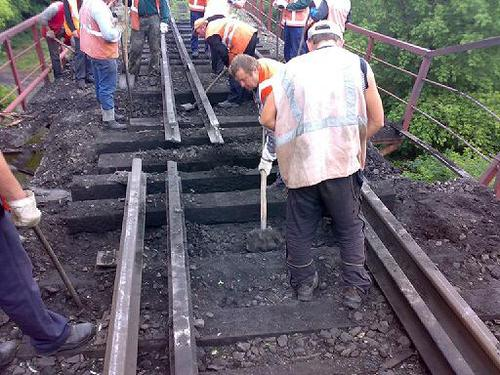На ж/д мосту в Луганской области произошло два взрыва