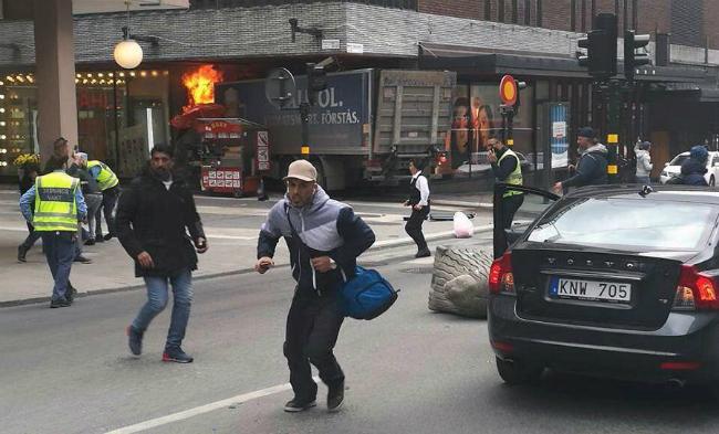 Вантажівка в'їхала в натовп в Стокгольмі: фото, відео