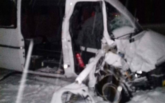Под Сумами автобус столкнулся со снегоуборочным трактором: фото