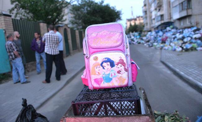 Во Львове местные жители заблокировали улицу мусором: фото