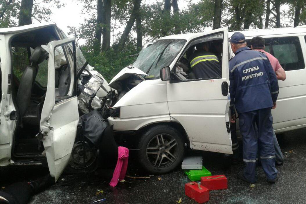 Два мікроавтобуси зіткнулись під Харковом: 2 загиблих і 17 постраждалих