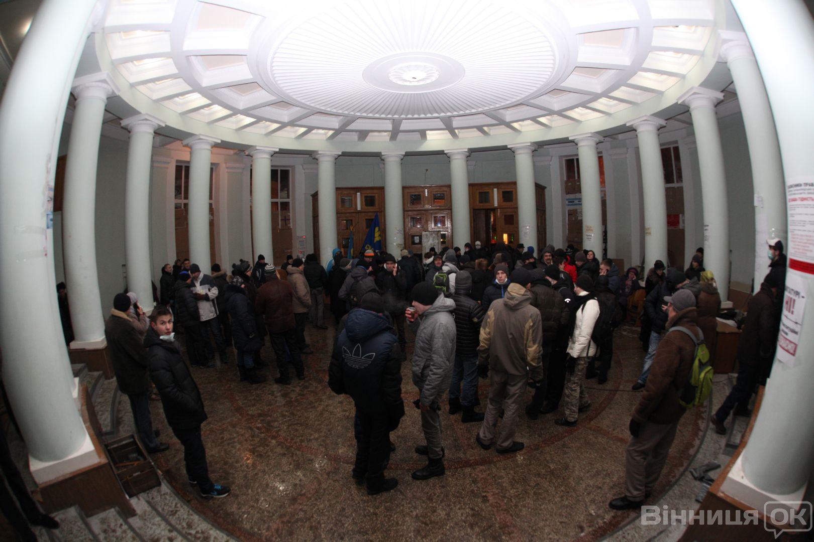 В Виннице активисты забаррикадировали здание ОГА: фото