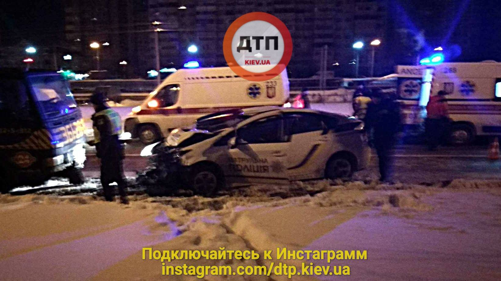 В Киеве патрульное авто врезалось в эвакуатор: есть пострадавшие