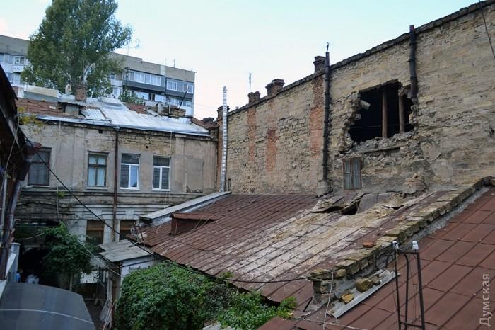 В Одессе в старом жилом доме рухнула стена: фото