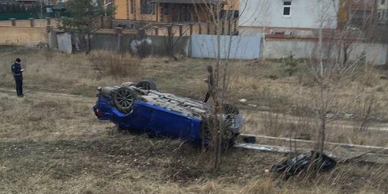 В Киеве Lexus снес остановку: есть жертвы