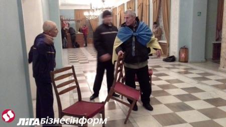 В Киеве митингующие заняли бывший Октябрьский дворец