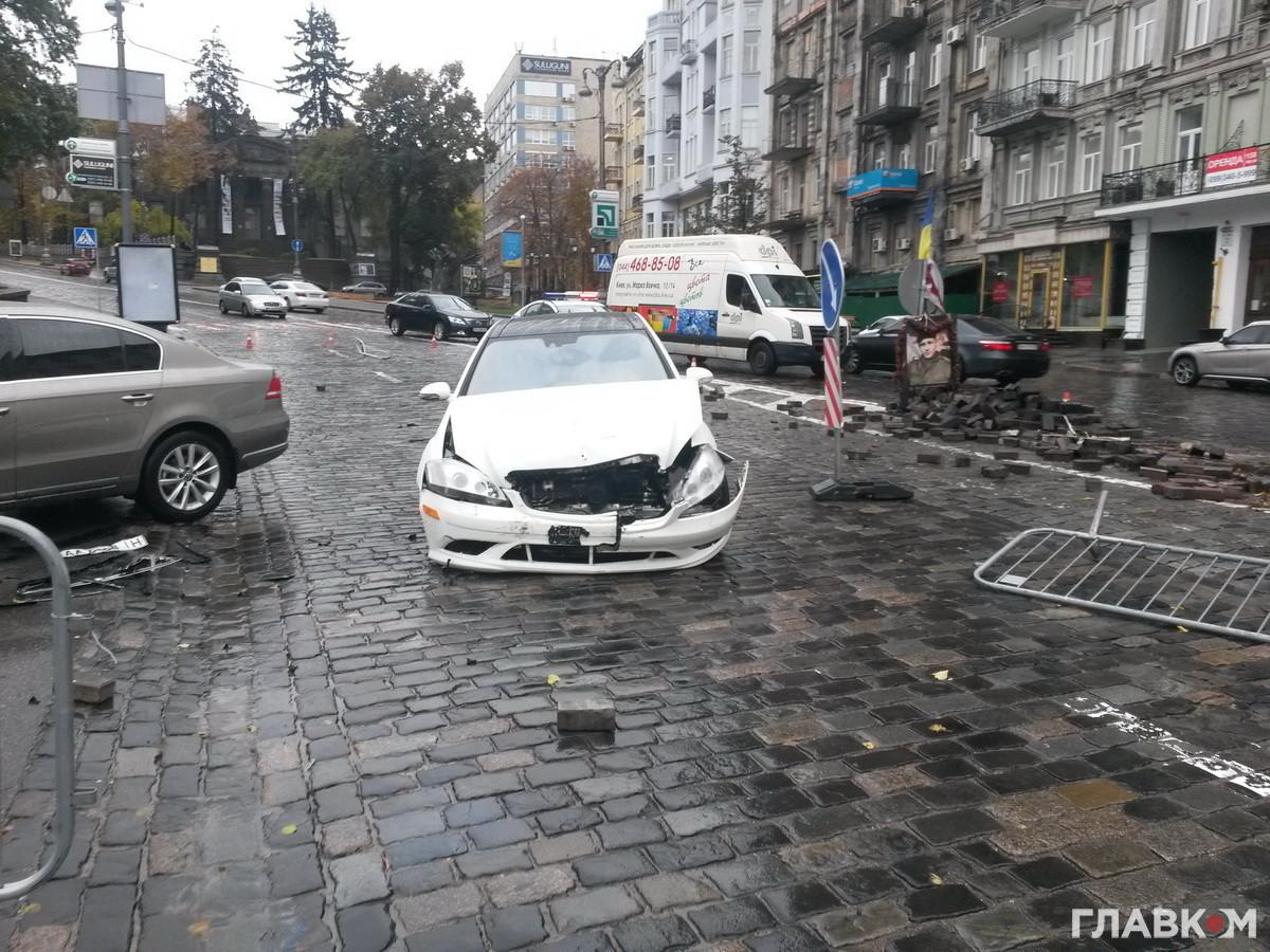 В центре Киева Merсedes cнес памятник герою Небесной сотни: фото