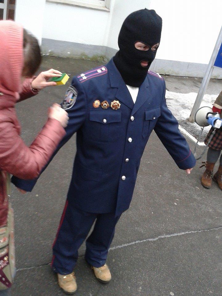 """Активисты Майдана напомнили силовикам о """"чести мундира"""""""