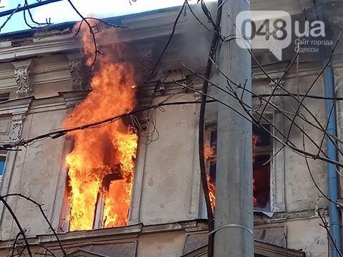 У центрі Одеси горить житловий будинок: відео