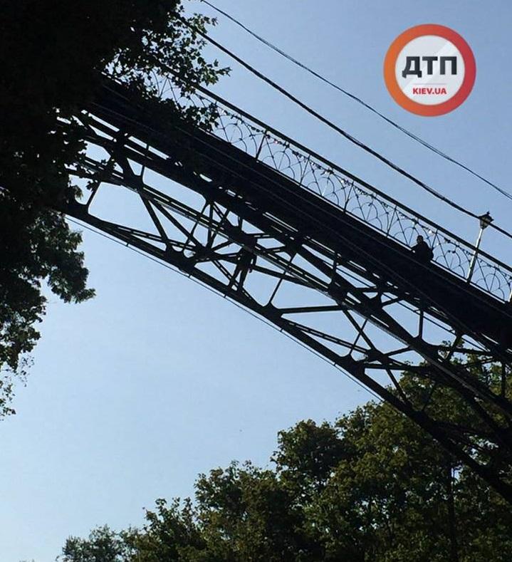 Парковую дорогу в Киеве перекрыли из-за залезшего на мост мужчины