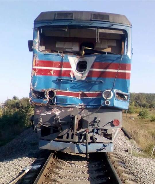 ВХарьковской области фургон врезался впоезд