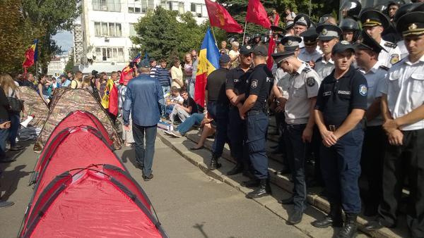Народный протест в Молдове: первые столкновения с полицией