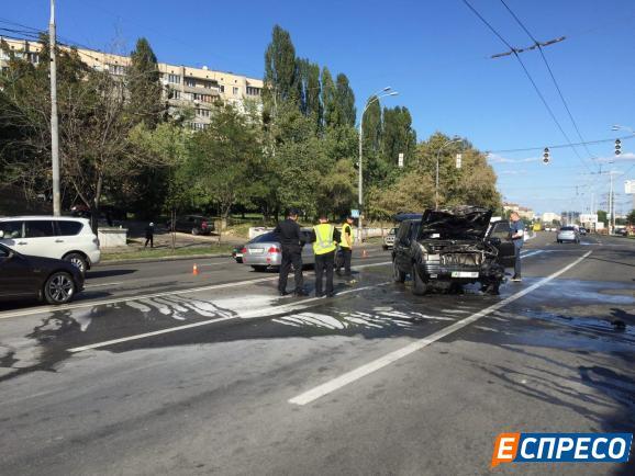 В Киеве в результате ДТП загорелся внедорожник Jeep: фото