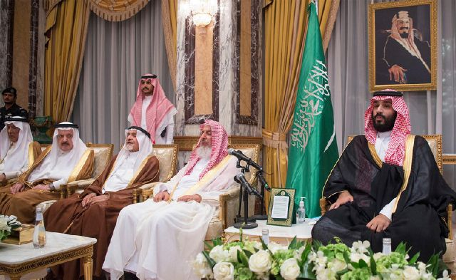 Наследный принц Саудовский Аравии Мухаммед ибн Салман (справа)  на церемонии принесения ему присяги высшими подданными  (Фото - Saudi Press Agency)