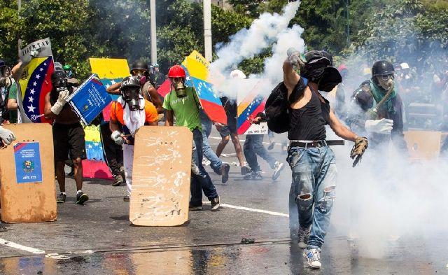 Протесты в Каракасе в мае 2017 года (Фото - EPA / Miguel Gutierrez)