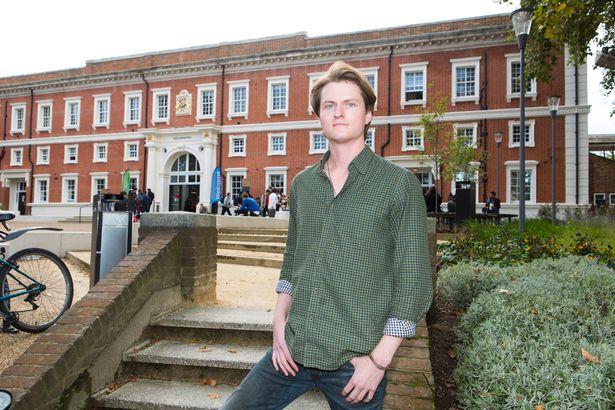 В Англии студент экономит тысячи фунтов, летая на пары из Польши