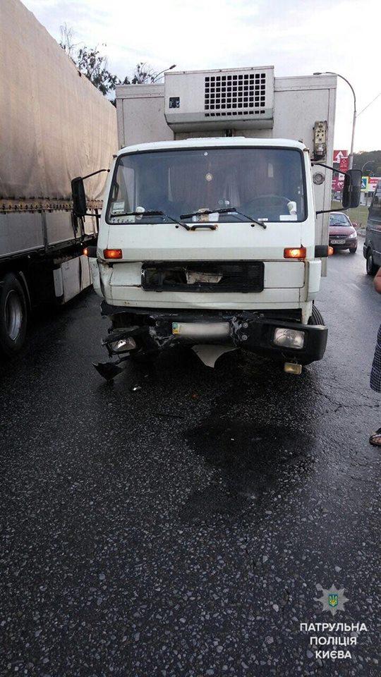 В Киеве грузовик влетел в Prius: травмирован патрульный - фото