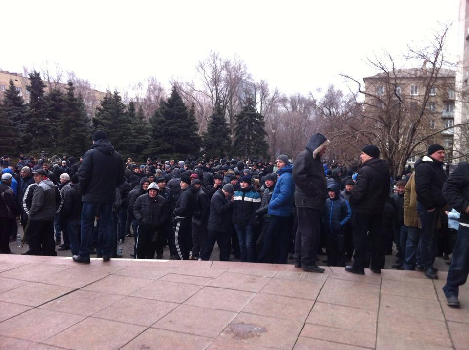 Возле Донецкой облгосадминистрации проходит пророссийский митинг