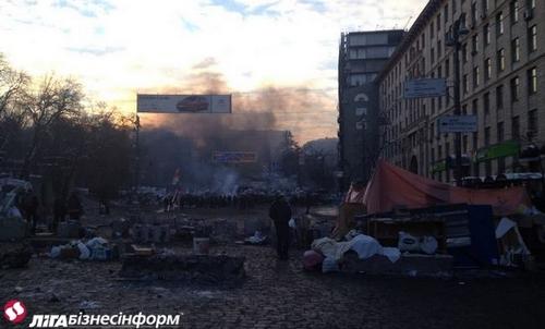 Майдан в Киеве расширяет баррикады, на Грушевского - перемирие